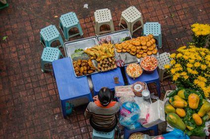Etal au marché avec en bonne place de larges récipients de do chui.