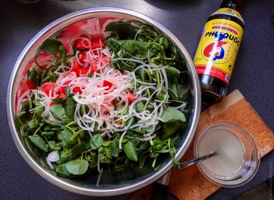 La salade prête à assaisonner, et la bouteille de nuoc mam à côté!