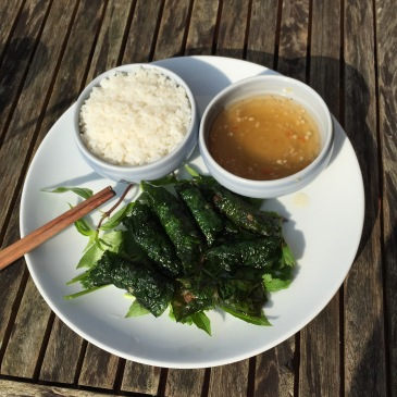 Le nuoc mam en bonne place pour accompagner ce plat délicieux de porc en feuilles de la lot, dégusté à Sapa en 2014.