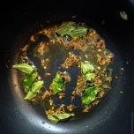 Feuilles de curry et cumin dans le ghee